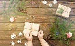 Νέο έτος, δώρα, σε ένα ξύλινο υπόβαθρο Στοκ Εικόνα