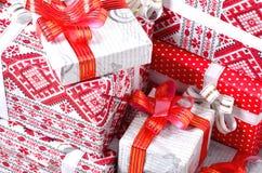 νέο έτος δώρων Πολλά κόκκινα κιβώτια με τα δώρα για το νέο έτος Η παραδοσιακή προετοιμασία των δώρων κάτω από το χριστουγεννιάτικ Στοκ Εικόνα