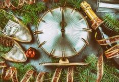 νέο έτος εορτασμού Τα παραδοσιακά τεθειμένα χρήματα στο παπούτσι για έχουν το EN νέο έτος χρημάτων Επίπεδος βάλτε τη σύνθεση με τ Στοκ Εικόνες