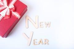 Νέο έτος κειμένων στο άσπρο υπόβαθρο με το κιβώτιο δώρων Στοκ Εικόνα