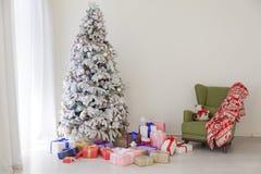 Νέο έτος με το χειμώνα ντεκόρ χριστουγεννιάτικων δέντρων και Χριστουγέννων δώρων στοκ φωτογραφία με δικαίωμα ελεύθερης χρήσης