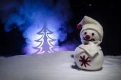 νέο έτος Ο χιονάνθρωπος ξεφορτώνει τα δώρα για το νέο έτος Χιονάνθρωπος που περιβάλλεται λευκός από τα χριστουγεννιάτικα δέντρα σ Στοκ φωτογραφίες με δικαίωμα ελεύθερης χρήσης
