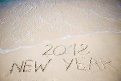 2018 νέο έτος που γράφεται στην άσπρη άμμο Στοκ Εικόνες