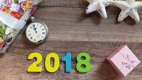 Νέο έτος στα μεσάνυχτα - παλαιό ρολόι σε έναν ξύλινο πίνακα με τις διακοσμήσεις και τα δώρα Χριστουγέννων Timelapse απόθεμα βίντεο