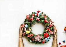2018 νέο έτος Στεφάνι Χριστουγέννων Τονισμένη εικόνα Διακοπές Χριστουγέννων Στεφάνι Χριστουγέννων στα χέρια των γυναικών στο λευκ Στοκ φωτογραφία με δικαίωμα ελεύθερης χρήσης