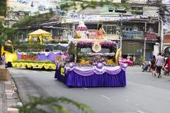 Νέο έτος στην παρέλαση της Ταϊλάνδης στο αυτοκίνητο διακοπών που διακοσμείται με το λουλούδι Στοκ Εικόνες
