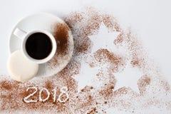 Νέο έτος 2018 στη σκόνη κακάου με το μικρό φλυτζάνι του κακάου Στοκ εικόνα με δικαίωμα ελεύθερης χρήσης