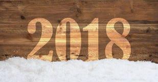 Νέο έτος 2018 στο χιονώδες ξύλινο υπόβαθρο στοκ φωτογραφίες