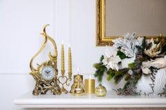 νέο έτος σύνθεσης Χριστο&upsi Διακοσμητικό χρυσό ρολόι, παχιά κεριά, κηροπήγιο, δοχείο των λουλουδιών και πλαισιωμένος καμβάς που Στοκ εικόνες με δικαίωμα ελεύθερης χρήσης
