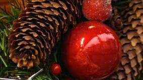 νέο έτος Χριστουγέννων αν&alpha Κόκκινοι σφαίρες και κώνοι σε ένα χριστουγεννιάτικο δέντρο, διακοσμήσεις κινηματογραφήσεων σε πρώ φιλμ μικρού μήκους