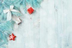νέο έτος Χριστουγέννων αν&alpha Παιχνίδια Χριστουγέννων, μπλε κλάδοι δέντρων έλατου στο ξύλινο υπόβαθρο νέο ακόμα έτος ζωής Στοκ Εικόνα