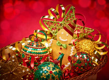 Νέο έτος 2016 Χριστούγεννα εύθυμα κενά γυαλιά διακοσμήσεων ντεκόρ σαμπάνιας πέρα από το μετάξι δύο συμβαλλόμενων μερών λευκό Στοκ Εικόνες