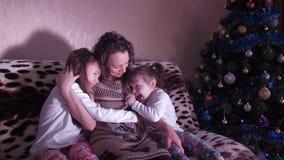 Νέο έτος, Χριστούγεννα, μια ευτυχής οικογένεια απόθεμα βίντεο