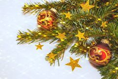 Νέο έτος ` s, ζωή Χριστουγέννων ακόμα με τις σφαίρες και τα χρυσά αστέρια στο υπόβαθρο του χριστουγεννιάτικου δέντρου με το bokeh Στοκ Φωτογραφία