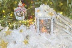 Νέο έτος ` s, ζωή Χριστουγέννων ακόμα Χειροποίητο διακοσμημένο φανάρι Χριστουγέννων στο χιόνι με τα χρυσά αστέρια στο πράσινο fir Στοκ Εικόνα