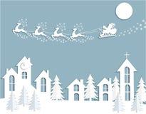 Νέο έτος s, κάρτα Χριστουγέννων Αφηρημένη σκιαγραφία των ελαφιών και έλκηθρο Άγιου Βασίλη πέρα από τα σπίτια Περικοπή από το έγγρ Στοκ Φωτογραφίες