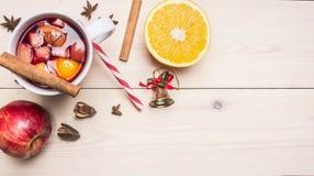 Νέο έτος ` s και διακόσμηση Χριστουγέννων με τα συστατικά για θερμαμένο το προετοιμασία κρασί, κανέλα, γαρίφαλα, τα ευθυγραμμισμέ στοκ εικόνα