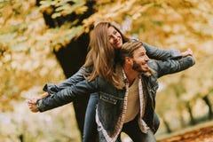 Νέο αγαπώντας ζεύγος που έχει τη διασκέδαση στο πάρκο φθινοπώρου Στοκ φωτογραφίες με δικαίωμα ελεύθερης χρήσης