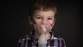 Νέο αγόρι μήκους σε πόδηα που εισπνέει μέσω inhaler της μάσκας απόθεμα βίντεο
