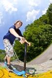Νέο αγόρι με ένα μηχανικό δίκυκλο Στοκ φωτογραφίες με δικαίωμα ελεύθερης χρήσης