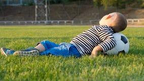 Νέο αγόρι με μια σφαίρα ποδοσφαίρου Στοκ Φωτογραφία