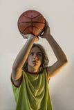 Νέο αγόρι με την καλαθοσφαίριση Στοκ εικόνα με δικαίωμα ελεύθερης χρήσης