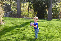 Νέο αγόρι με τη σφαίρα Στοκ Φωτογραφίες