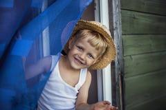 Νέο αγόρι με το χαμόγελο καπέλων αχύρου Στοκ φωτογραφία με δικαίωμα ελεύθερης χρήσης