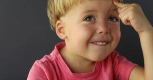 Νέο αγόρι με το cIdea σχετικά με το μέτωπό του απόθεμα βίντεο