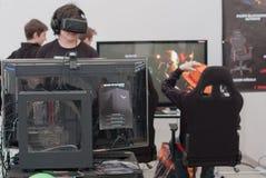 Νέο αγόρι με VR - παιχνίδι παιχνιδιών γυαλιών σε Animefest Στοκ εικόνες με δικαίωμα ελεύθερης χρήσης