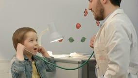 Νέο αγόρι που ακούει την καρδιά του γιατρού με απόθεμα βίντεο