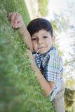Νέο αγόρι που απολαμβάνει το Lollipop του που βάζει υπαίθρια στη χλόη Στοκ Εικόνες