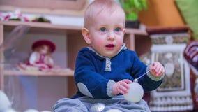 Νέο αγόρι που βοηθά με τις διακοσμήσεις απόθεμα βίντεο