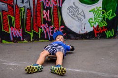 Νέο αγόρι που βρίσκεται skateboard του Στοκ εικόνα με δικαίωμα ελεύθερης χρήσης