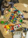Νέο αγόρι που διακοσμεί τα αυγά Πάσχας Στοκ Φωτογραφία
