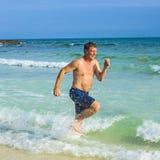 Νέο αγόρι που καλύπτεται από τη λεπτή άμμο στην παραλία Στοκ Εικόνα