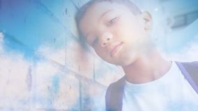 Νέο αγόρι που κλίνει ενάντια στον τοίχο φιλμ μικρού μήκους