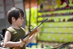 Νέο αγόρι που κρατά ένα αεροβόλο πιστόλι στοκ εικόνες με δικαίωμα ελεύθερης χρήσης