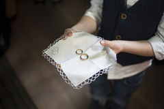 Νέο αγόρι που κρατά ένα χρυσό δαχτυλίδι στο πιάτο Στοκ Εικόνα