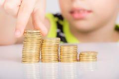 Νέο αγόρι που μετρά τα νομίσματά του Στοκ Εικόνες