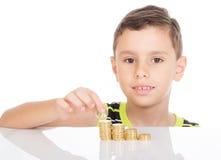 Νέο αγόρι που μετρά τα νομίσματά του Στοκ φωτογραφία με δικαίωμα ελεύθερης χρήσης