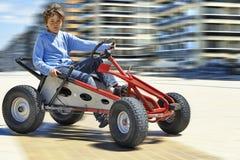 Νέο αγόρι που οδηγεί ένα Quadricycle στοκ φωτογραφία