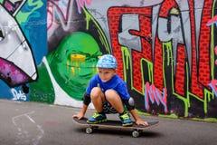 Νέο αγόρι που παίρνει ένα υπόλοιπο στο πάρκο σαλαχιών Στοκ εικόνα με δικαίωμα ελεύθερης χρήσης
