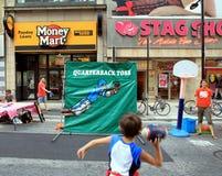 Νέο αγόρι που ρίχνει μια σφαίρα ποδοσφαίρου Στοκ Εικόνες