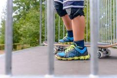Νέο αγόρι που στέκεται στην κορυφή μιας κεκλιμένης ράμπας Στοκ εικόνα με δικαίωμα ελεύθερης χρήσης