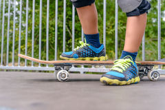 Νέο αγόρι που στέκεται στην κορυφή μιας κεκλιμένης ράμπας Στοκ Φωτογραφία