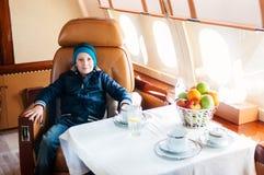 Νέο αγόρι που ταξιδεύει με το εμπορικό αεριωθούμενο αεροπλάνο αέρα Στοκ φωτογραφία με δικαίωμα ελεύθερης χρήσης