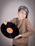 Νέο αγόρι που τηρεί ένα βινυλίου αρχείο Στοκ φωτογραφία με δικαίωμα ελεύθερης χρήσης