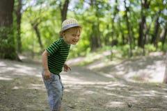 Νέο αγόρι που φορά ένα fedora στο πάρκο Στοκ Φωτογραφίες