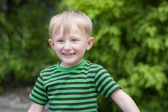 Νέο αγόρι που φορά ένα fedora στο πάρκο Στοκ Εικόνες